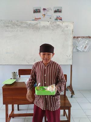 Presentasi Menghadirkan Aneka Makanan Tradisional di Kelas