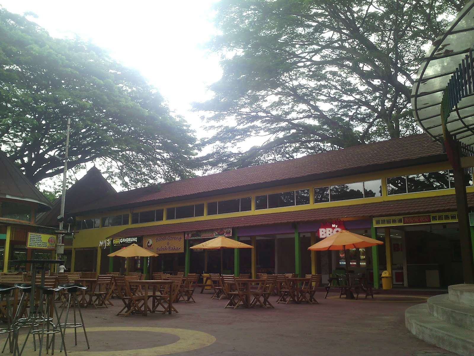 Sebagai pusat kuliner terbesar di Jawa Timur SFF menyediakan ratusan tenant yang menyajikan beragam menu berkualitas dengan harga yang terjangkau bagi