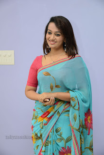 Esther Noronha Pictures in saree 001.jpg