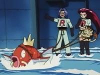Jessie y James huyendo con la ayuda de Magikarp