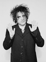 robert smith the cure mostrando las manos