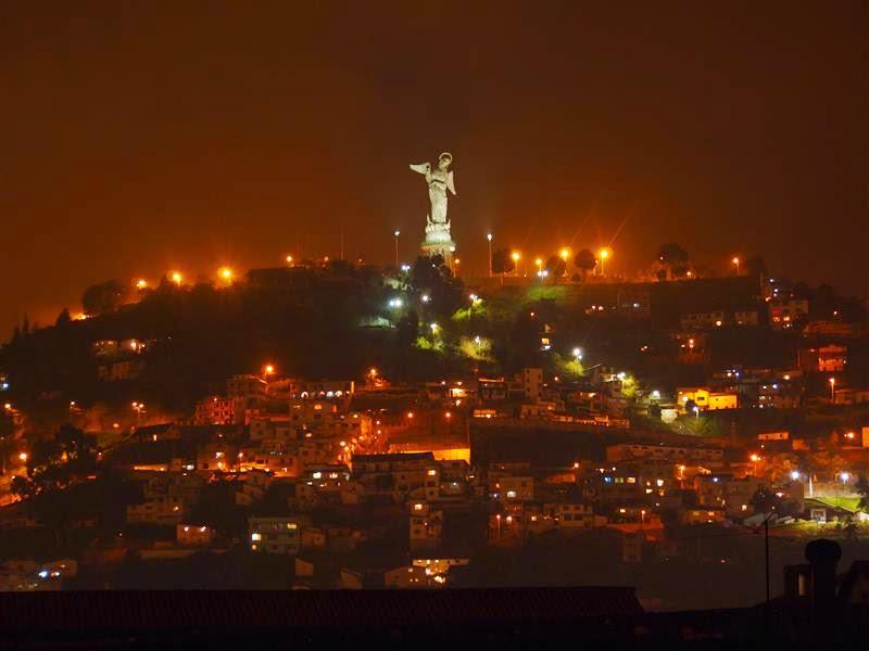 Virgen del Panecillo de noche