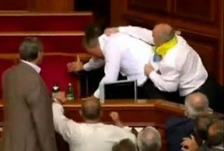Bίντεο: Άγριο ξύλο στα έδρανα του κοινοβουλίου
