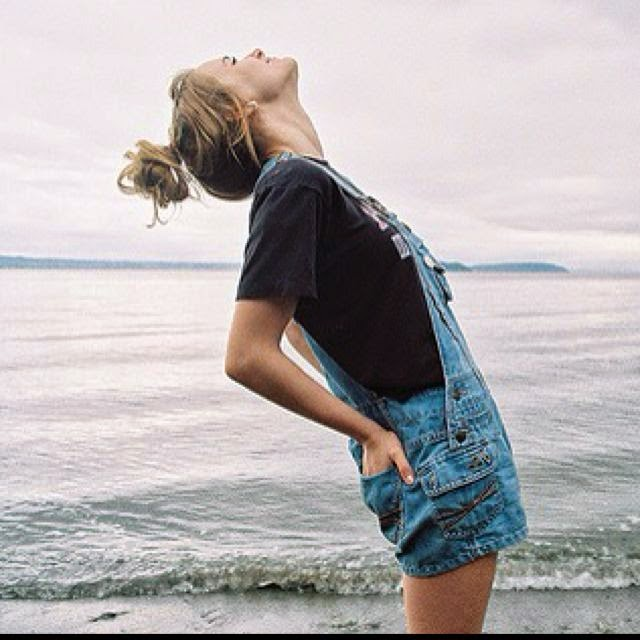 overalls, moda feminina, fashion jardineira jeans curta com camiseta basica