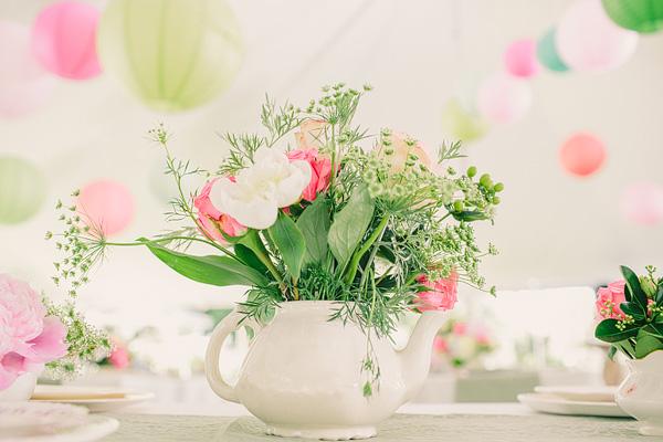 centro floral en tetera