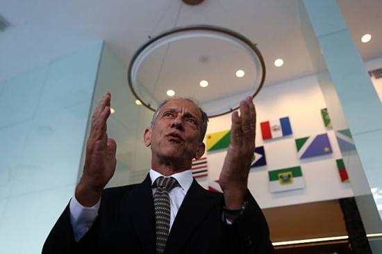 Walter Feldman, secretário geral da CBF, fica bastante irritado com a presidente Dilma