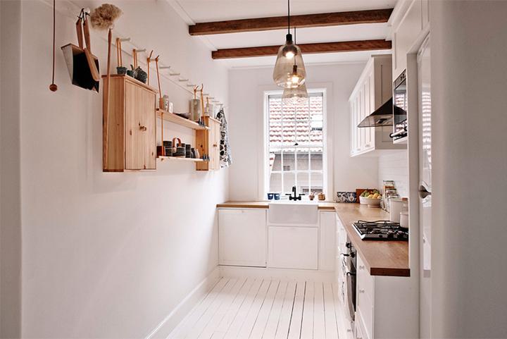 branco, madeira, armários em pontos estratégicos abrem espaço