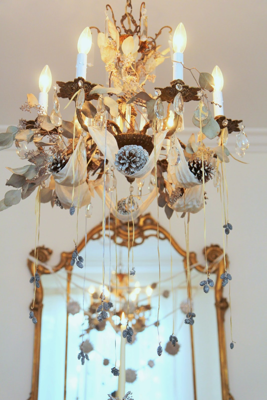 Christmas-Chandelier-with-Pinecones