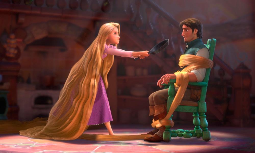 Cena do filme Enrolados (2010) onde rapunsel amarra seu principe em uma cadeira com seu proprio cabelo enquanto ameáça-o com uma frigideira