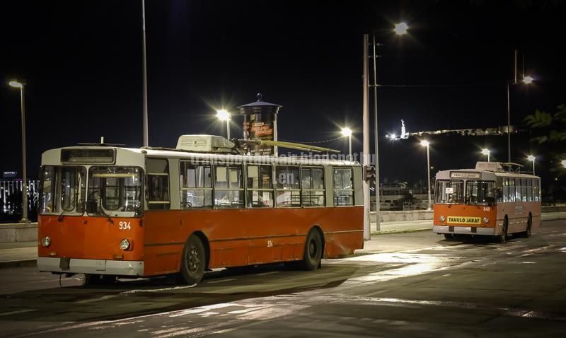 Forgalomból kivont,Ziu trolibuszok az árvízi védekezésben,Budapesten. transportandair.blogspot.hu Len