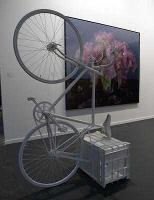 Bicicleta pintada de blanco sobre caja de fruta