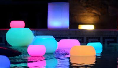 Decora tu piscina con lamparas flotantes
