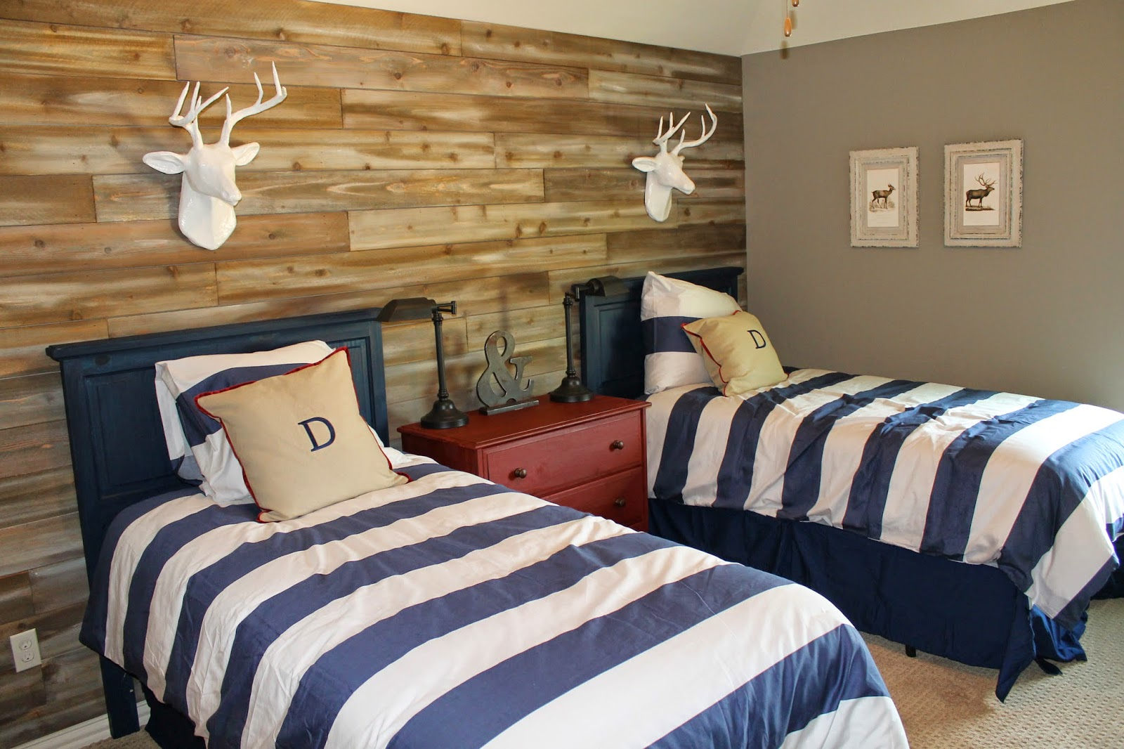 The ragged wren wood feature wall for Twin bed decoration
