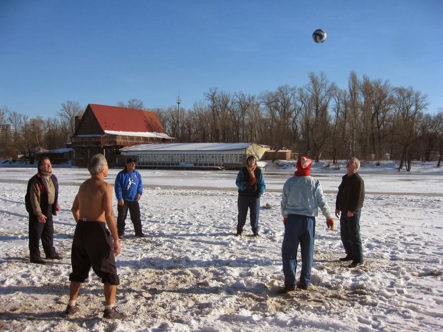 пенсионеры играют в волейбол