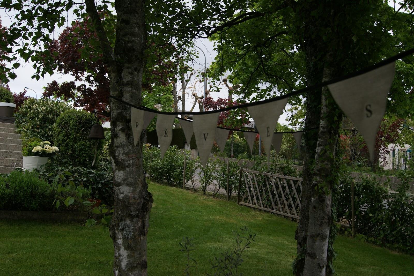 Blancdeco une guirlande de fanions dans le jardin - Guirlande de jardin ...