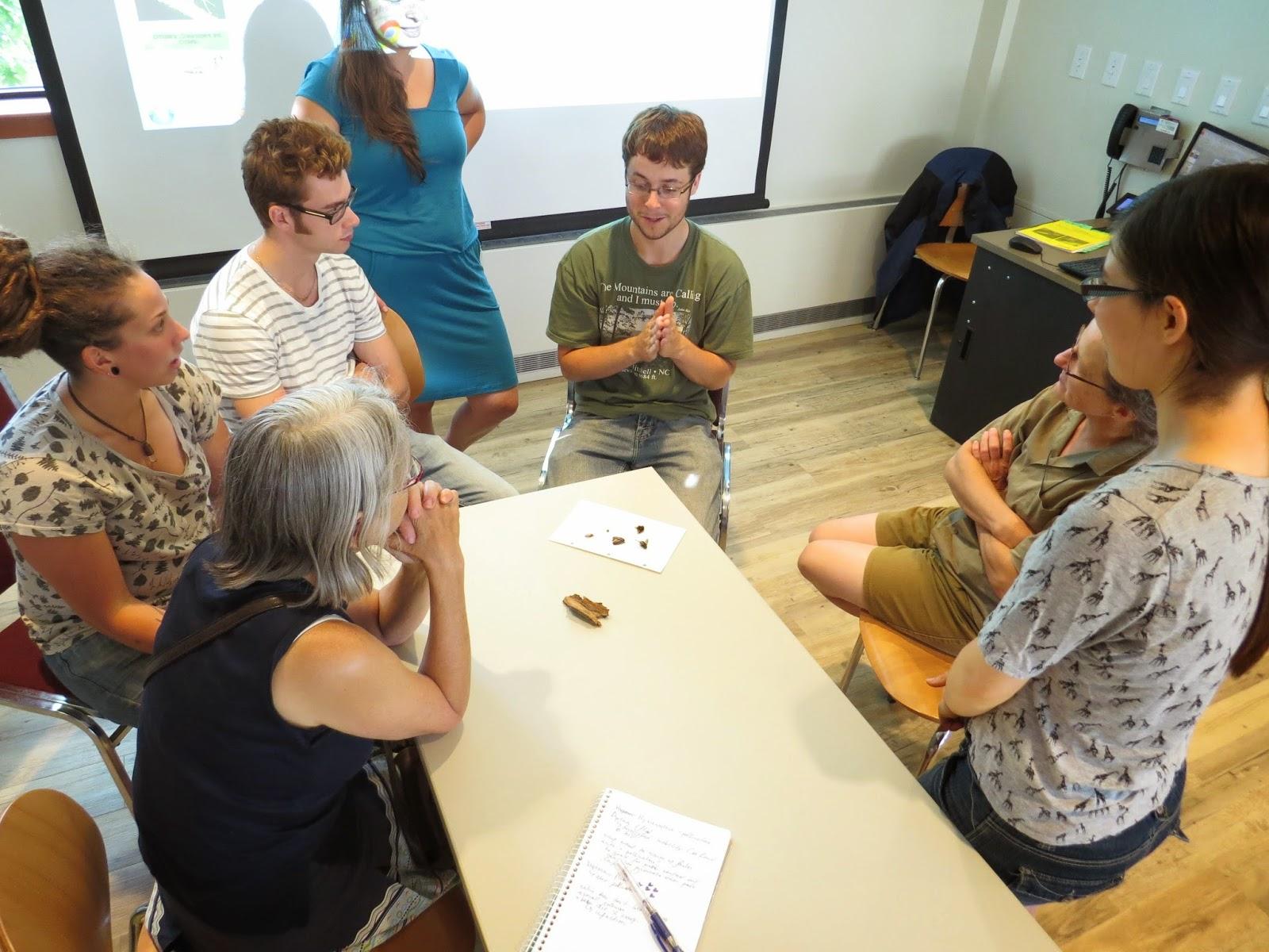 Un groupe d'étudiants participe à un atelier sur les insectes que l'on trouve dans les jardins communautaires