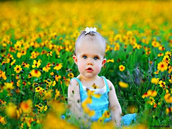 Photo bébé mignon dans les fleurs