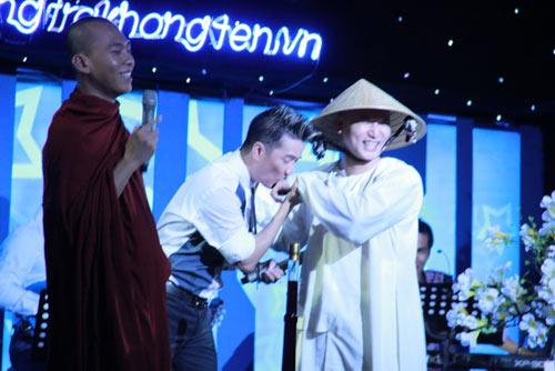 dam vinh hung tao scandal khi hon thay chua truoc khan gia 1 Đàm Vĩnh Hưng tạo scandal khi hôn thầy chùa trước khán giả