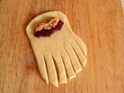 Peanut Butter & Jelly Rolls Recipe @ http://treatntrick.blogspot.com