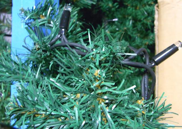 Eingebundene Lichterkette in grüne Weihnachtstannengirlande