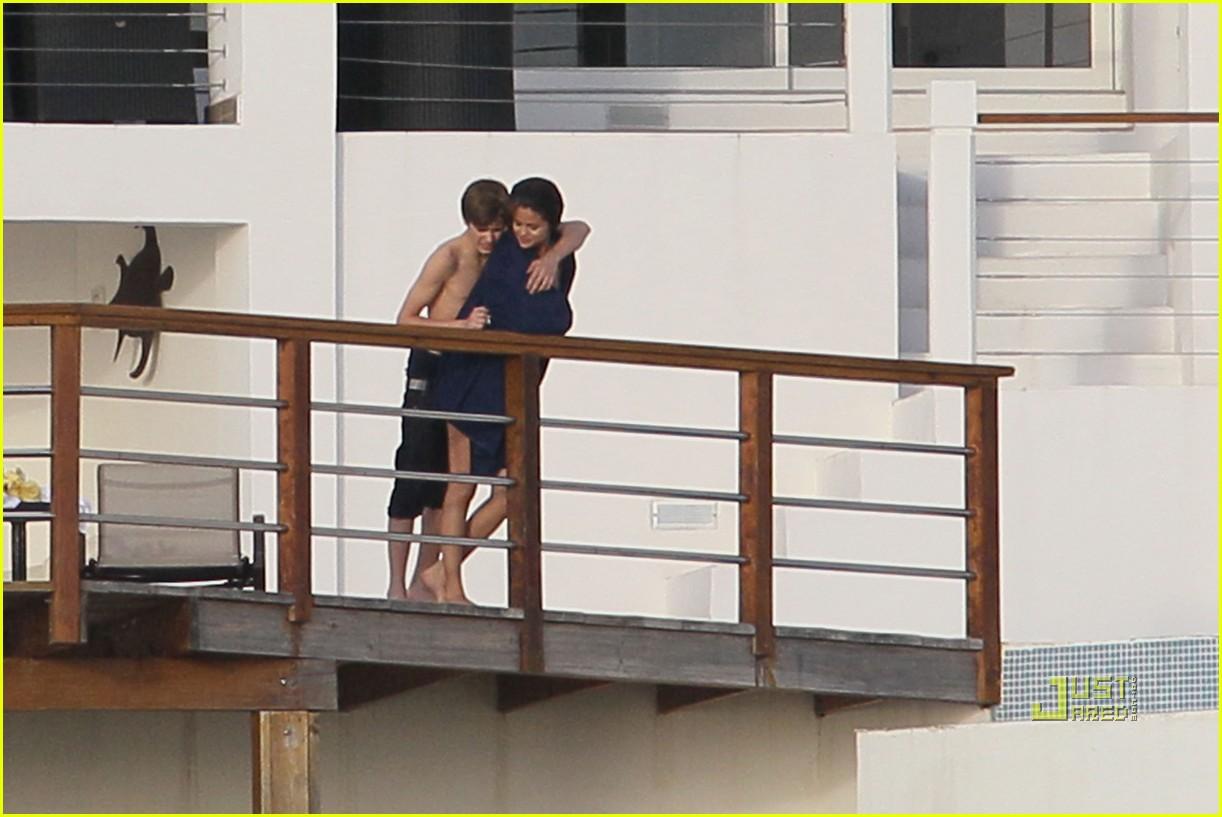 http://1.bp.blogspot.com/-RTJDaWTVDY8/TtNRkRmAptI/AAAAAAAABEM/b4sjRJjM-Qc/s1600/selena-gomez-justin-bieber-kissing-couple-15.jpg