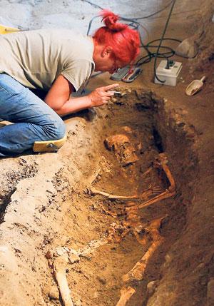 SEORANG ahli arkeologi melakukan kerja-kerja dekat rangka manusia di sebuah kubur di biara Sant'Orsola di Florence kelmarin yang dipercayai wanita dalam lukisan Mona Lisa.