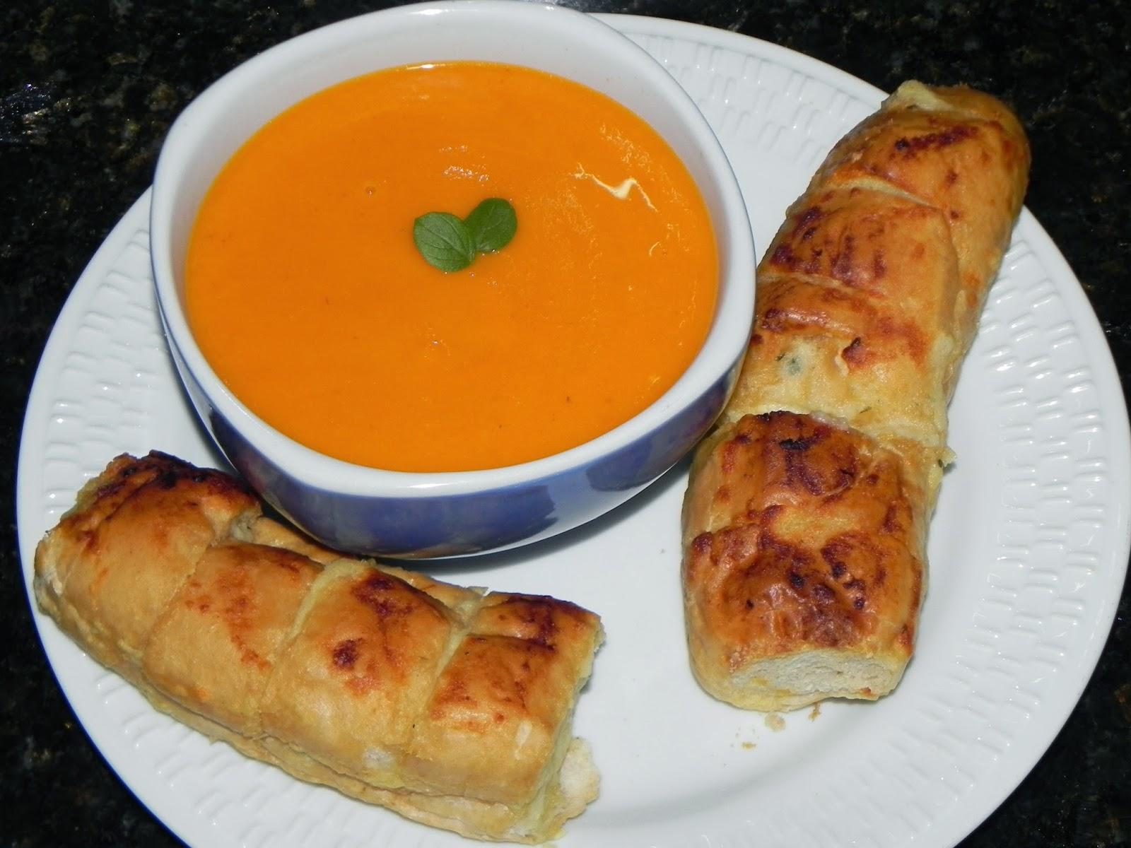 sopa de tomate com pão de alho