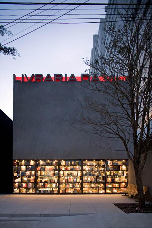 Livraria shopfront closed
