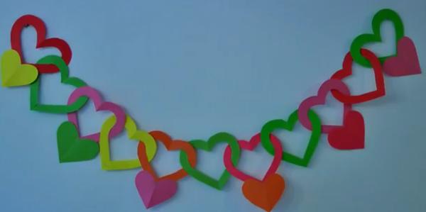 Guirnalda con forma de corazones manualidades faciles for Guirnaldas para fiestas infantiles