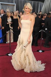 Cameron Diaz luciendo vestido beige claro, apropiado a su tono de piel