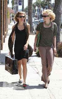 Annalynne+McCord+Shopping+in+Venice+front02.jpg