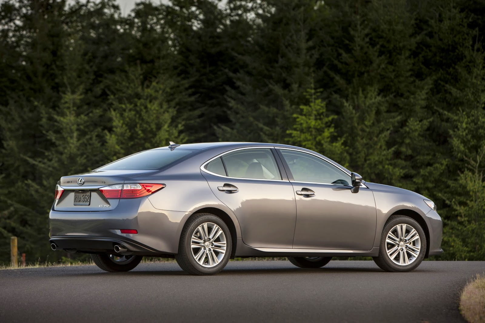 Rear 3/4 view of 2015 Lexus ES350