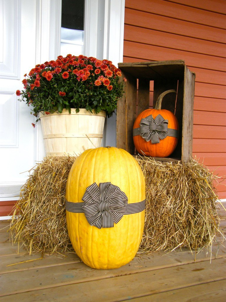 Pitterandglink 60 beautiful outdoor fall decor ideas for Pictures of fall decorations for outdoors