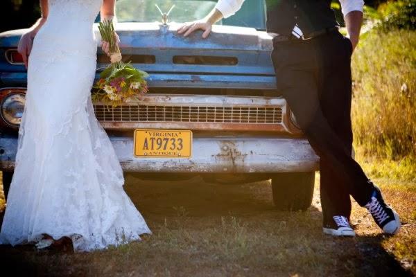 "<Img src = ""virginia-farm-post-wedding-pictures.jpg"" alt = ""sesion postboda, campo, pareja, coche"">"