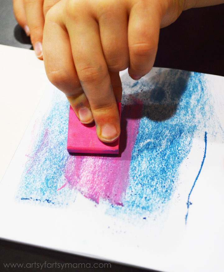 Preschool Chalk Color Mixing at artsyfartsymama.com #preschool #homeschool #chalk #kidscrafts