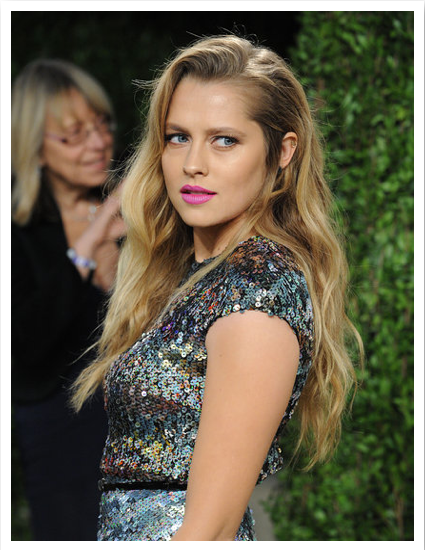 Teresa Palmer was on trend with her beach waves and bright fuchsia lipstick at the Vanity Fair party.