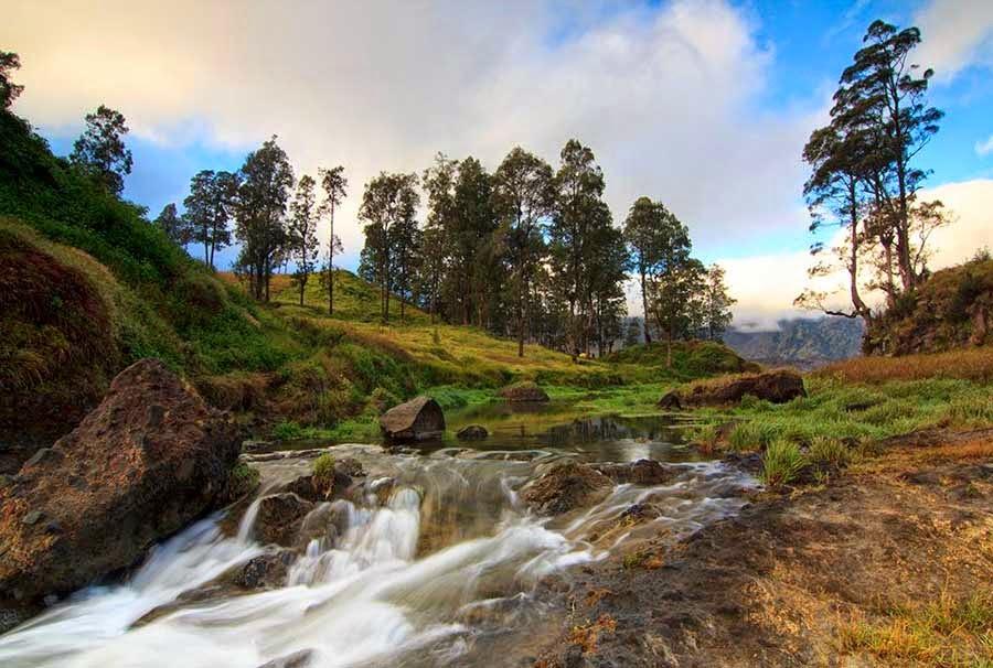 Menikmati keindahan sebelah Danau Segara Anak yaitu Air Terjun Tiu Kelep Taman Nasional Gunung Rinjani