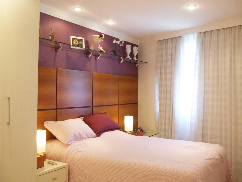 decoracao de apartamentos pequenos quarto casal:cabeceira de madeira de muito bom gosto, deu um toque de