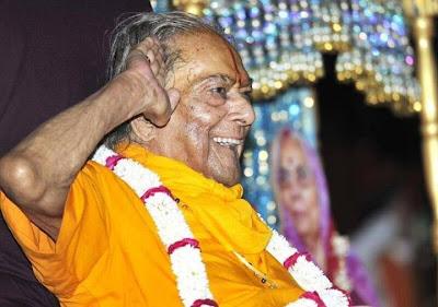 Kripalu Maharaj Ji celebrating India Independence Day 2013