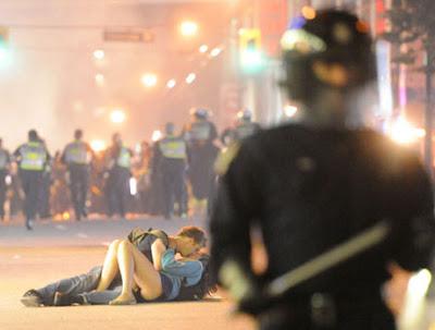 Sepasang anak muda membuat heboh ketika foto mereka sedang berciuman di jalan di tengah kerusuhan di Vancouver, Kanada, beredar di internet