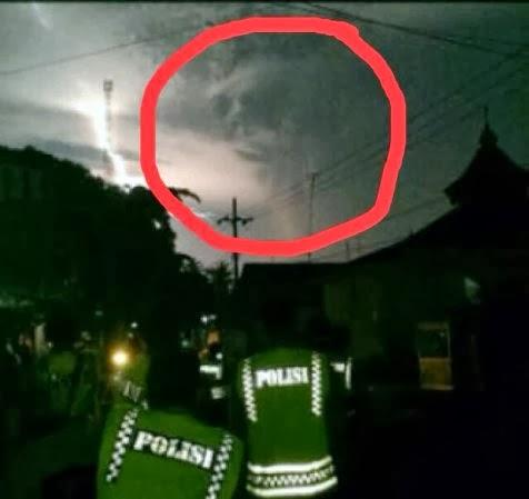 Foto Penampakan Awan Aneh Saat Gunung Kelud Meletus 2013 Gambar Wajah ...