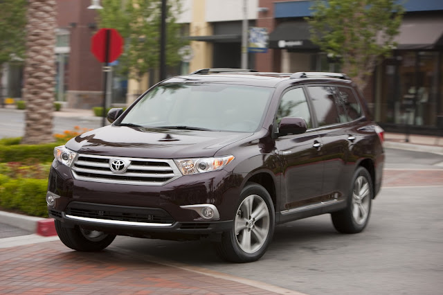 Front 3/4 view of the 2013 Toyota Highlander