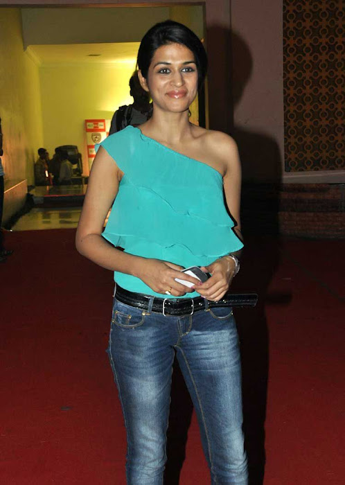shraddha das stylish in jeans actress pics