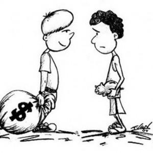 Garoto rico com grande bolsa de dinheiro olhando pobre com pequeno cofre na mão