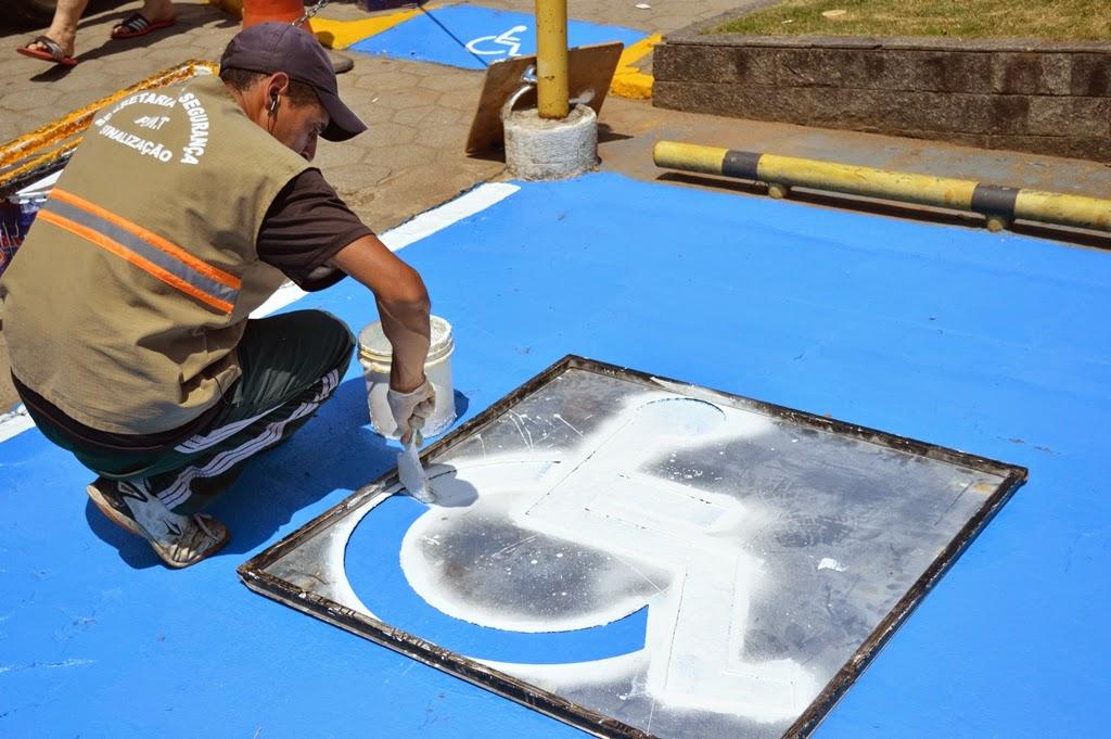 Prefeitura de Teresópolis reforça pintura de rampas de acessibilidade e vagas para cadeirantes