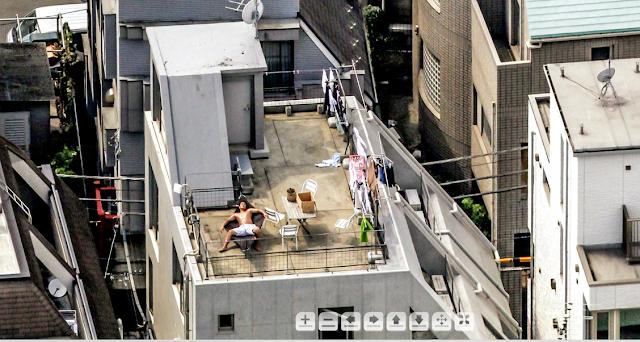 japonés tomando el sol