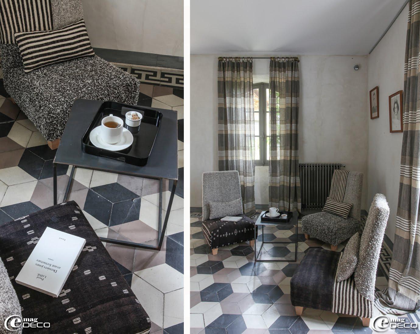 Dans le petit salon de lecture de la maison d'hôtes La Maison d'Ulysse, des chauffeuses FC-KA recouvertes d'un patchwork de tissus anciens tunisiens