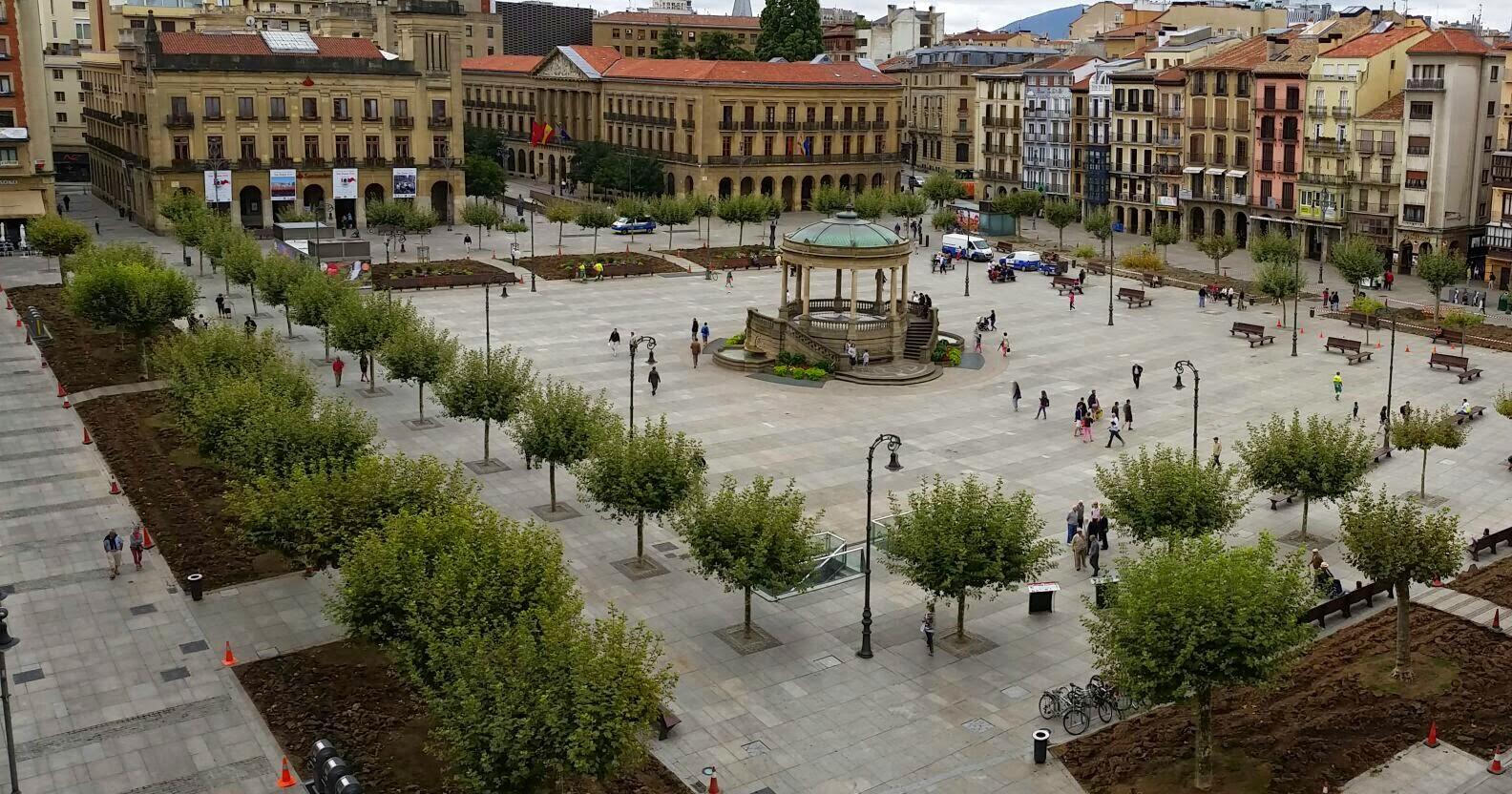 Los jardines de la plaza del castillo gran hotel la perla for Jardines de plaza