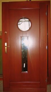 Brązowe drzwi wejściowe z meranti z okrągła szybką