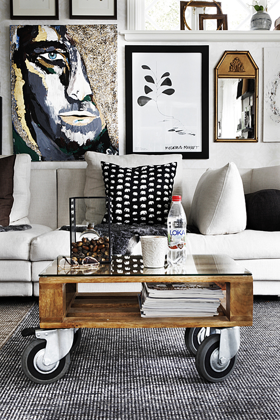 Impressive art wall collection and a favorite wheel coffee table by At My Casa via Sköna Hem blogg